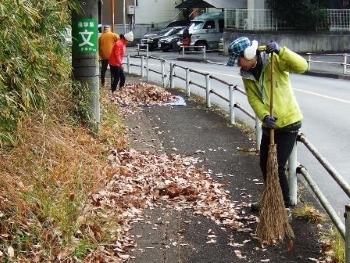 バス通り歩道清掃3.JPG