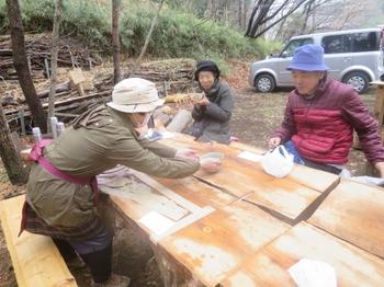 M岡さんより薄茶の点前を受けるN山さんとN原さん.JPG
