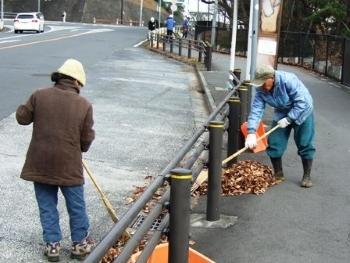 バス通り歩道清掃2.JPG
