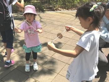 ブンブンゴマで遊ぶ子供たち.JPG