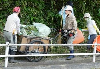 刈った草を運ぶ.jpg