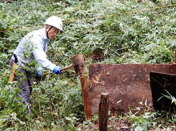 台風で壊れた落葉囲いの修理.JPG