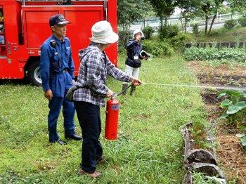 消火器で水遣り.JPG