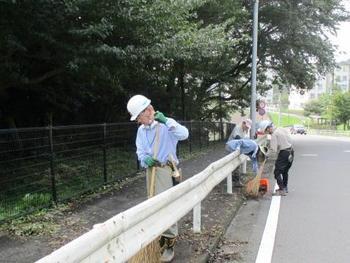 百草団地側の道路の草刈作業.jpg