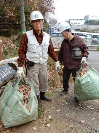 集めた落ち葉を運ぶ.JPG